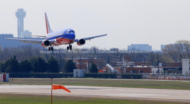 Southwest Airlines 737 Landing in Dallas TX (Reunion Tower in Background)